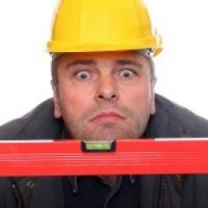 Un specialist in montaj si reparatii termopane care foloseste un poloboc pentru a monta corect fereastra